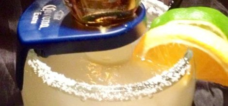 Margarita drink with lemon