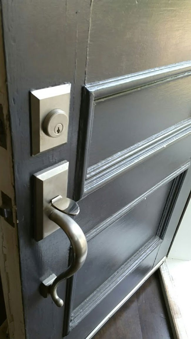 Thumbpiece handleset on door
