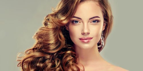 model with curly hairstyle