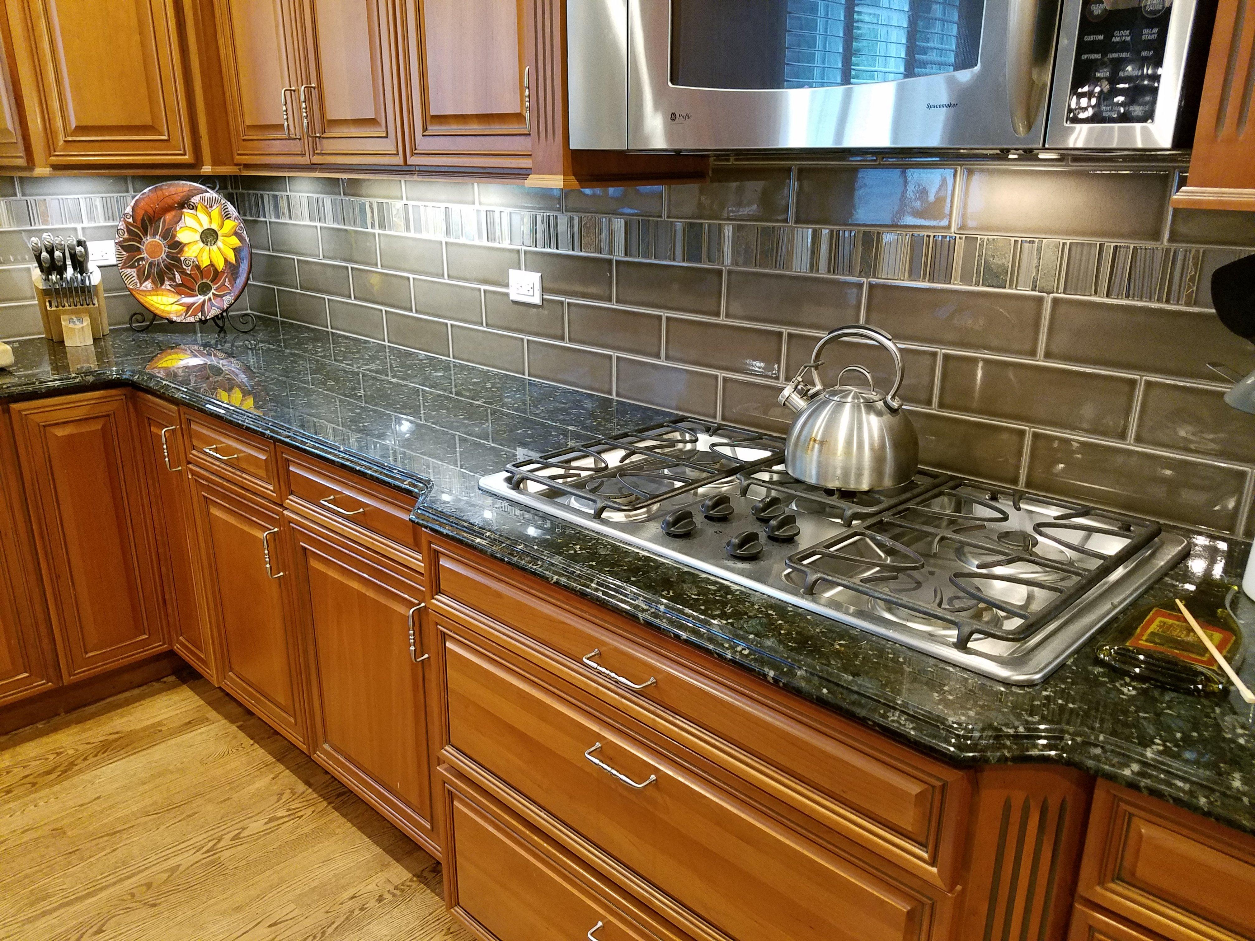 Kitchen Remodeling and Design, taupe glass backsplash, glass backsplash accent tile, gas cooktop,