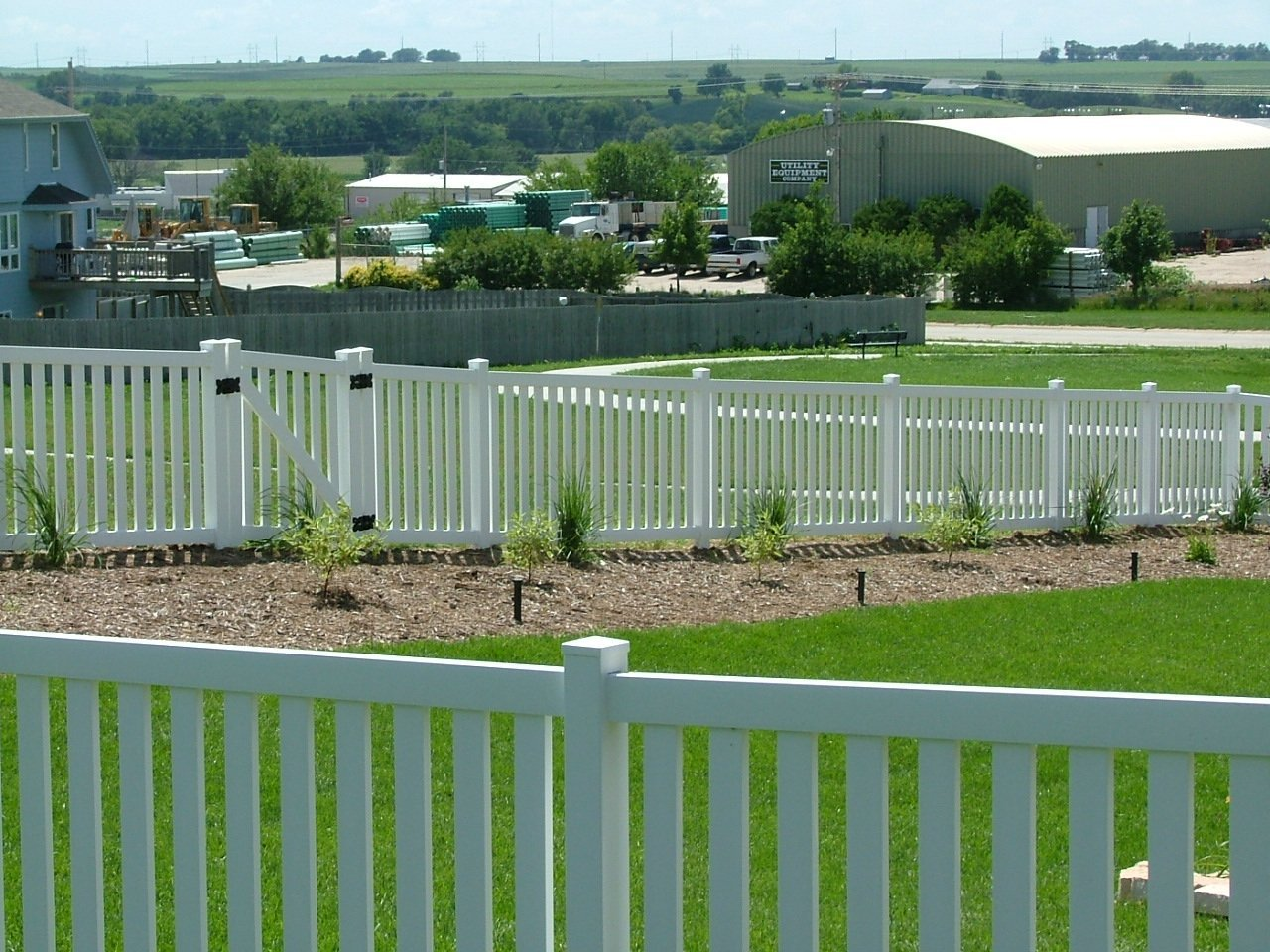 Dakota Fence & Deck 4' white pvc closed picket - Omaha and Papillion, Nebraska
