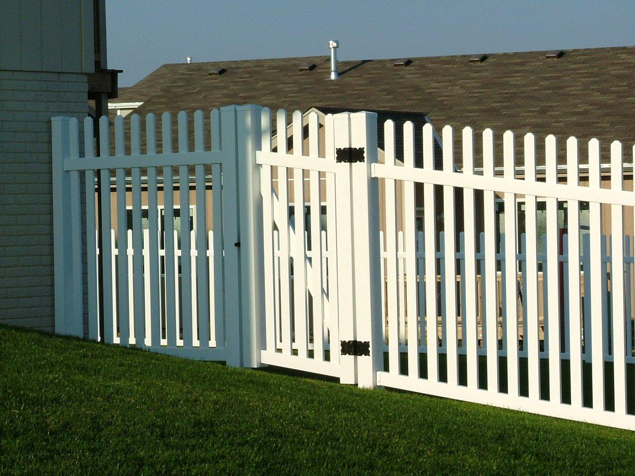 Dakota Fence & Deck 6' white pvc picket - Omaha and Papillion, Nebraska