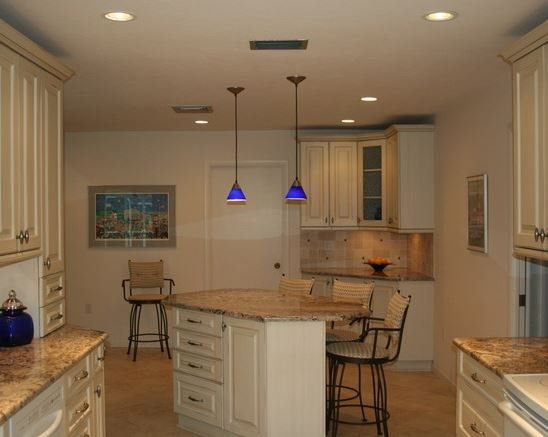 Cheerful kitchen island for hosting