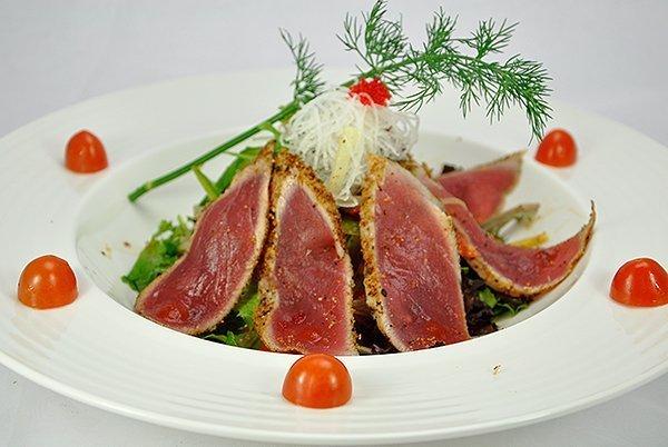 Pepper Tuna Tataki Salad